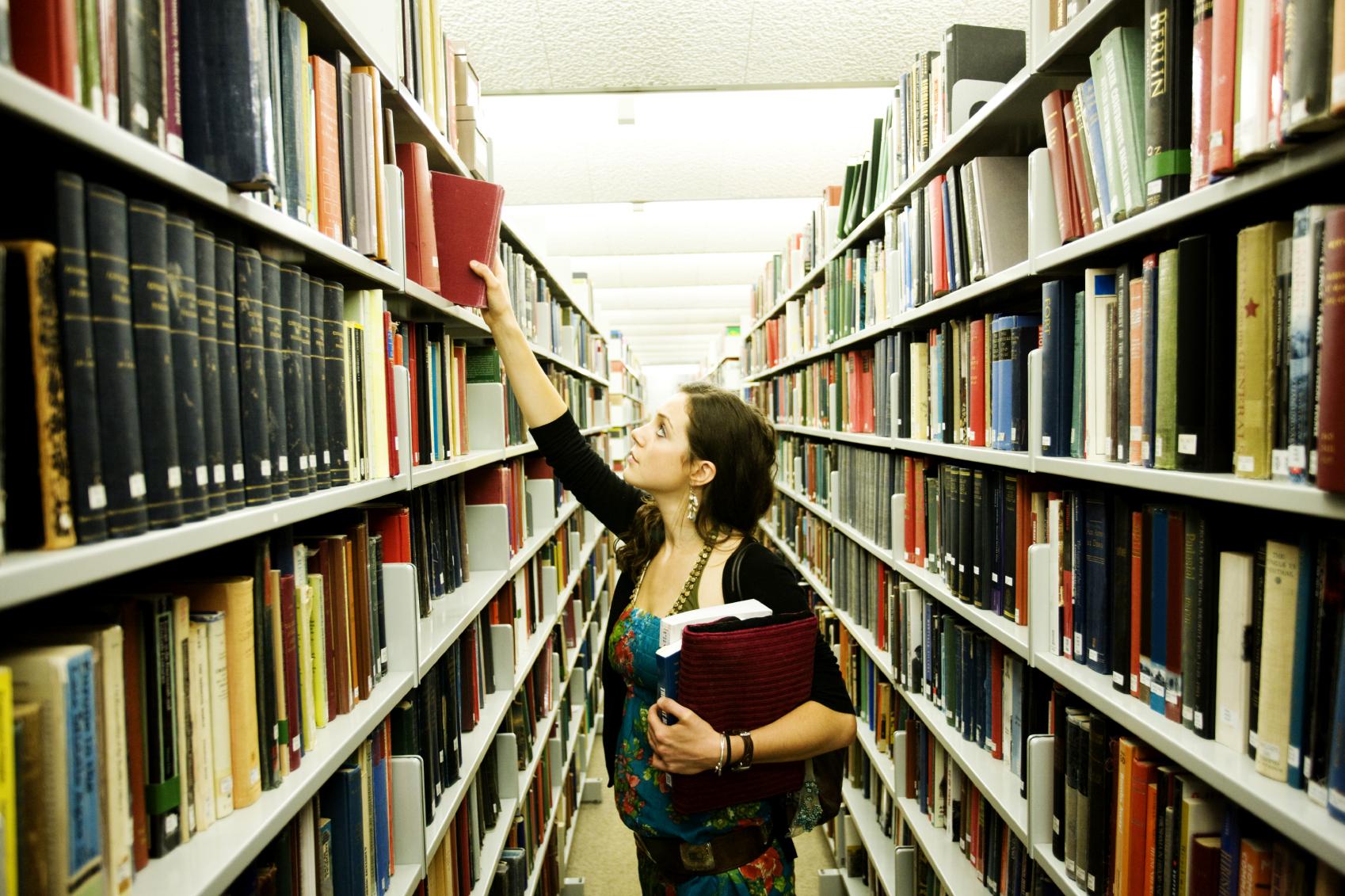Фото девушка дня в библиотеке 12 фотография